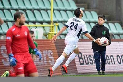 """Едисон Йорданов се радва, след като е открил резултата срещу """"Ломел"""" при победата на """"Виртон"""" с 3:0. Снимка: клубен сайт"""