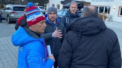 Руснаците се разправят с полицаите пред хотела си. СНИМКА: Туитър