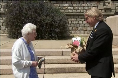 """Кралицата е наблюдавала засаждането на розата """"Херцогът на Единбург"""" в градината на замъка Уиндзор миналата седмица."""