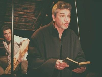 """Свежен Младенов взе """"Аскеер"""" за ролята си на поп Кръстьо в пиесата """"Великденско вино"""". Нейният автор - Константин Илиев, е с приз за принос към театъра."""
