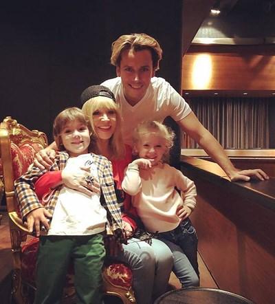 Алла Пугачова с настоящия си съпруг Максим Галкин, с когото има 27 години разлика във възрастта и двете им деца - Елизавета и Хари
