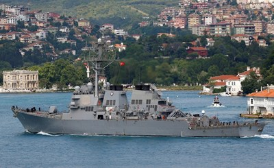 Американски ескадрен миноносец влиза в акваторията на Черно море.