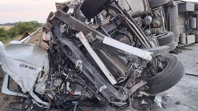 След като се обърнал, 30-тонният турски тир препречил насрещното платно и помлял 4 автомобила, пътуващи на запад към София. СНИМКА: Ваньо Стоилов