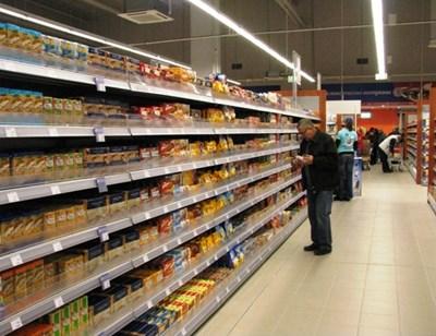 Повече от 53% от плащанията с кредитни карти през първата половина на 2020 г. са в хранителни магазини и бензиностанции.