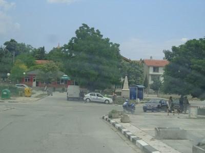 Само една полицейска кола бе паркирана в центъра на Игнатиево в четвъртък.