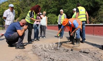 Експерти взимат проби от асфалта дни след катастрофата