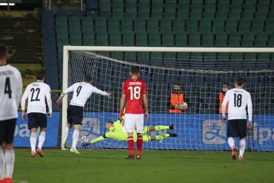 Андреа Белоти току-що е изпълнил дузпата и е пратил топката в мрежата зад Пламен Илиев, макар българският страж да уцели ъгъла. СНИМКИ: НИКОЛАЙ ЛИТОВ