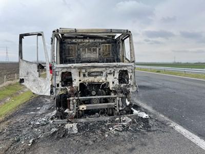 Кабината на камиона е изгоряла напълно. Снимка: Ваньо Стоилов