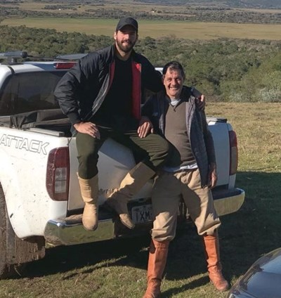 Алисон с баща си Хосе в семейното ранчо