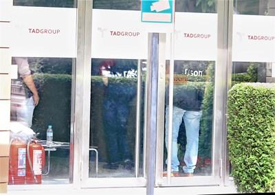Антимафиоти влязоха в офисите на TAD Group, където работи Бойков.  СНИМКА: НИКОЛАЙ ЛИТОВ