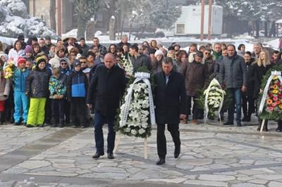 Кметът на Банско Иван Кадев положи венец пред паметника на Вапцаров.
