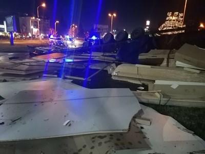 """След преследване по улиците на Бургас тирът, натоварен с 23 г. ламинат, се преобърна на кръстовището край хотел """"Мираж""""."""