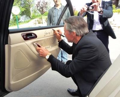 Най-голямата голф легенда Гале Плейър бе гост на Каварна и се подписа в легандарното пежо.   СНИМКА: Цонко Цонев