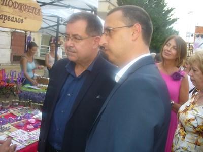 Служебният министър на земеделието проф. Христо Бозуков (вляво) и кметът на Чирпан Ивайло Крачолов разгледаха с интерес фермерския базар с продукти от лавандула, разположен в центъра на града. Снимка: Ваньо Стоилов
