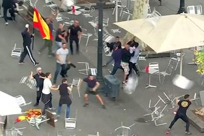 Демонстранти се замерят със столове в Барселона. СНИМКА: РОЙТЕРС