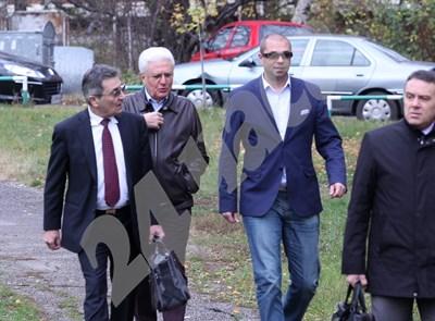 Христо Бисеров и Ивайло Главинков (с тъмните очила) отиват към следствието. СНИМКА: 24 часа