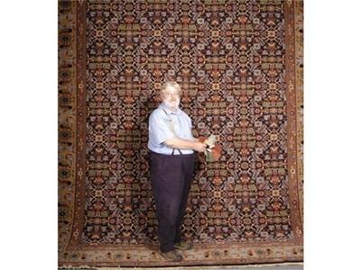 Дейвид Бамфорд от Уелс разнася славата на българските килими по света.  СНИМКИ: АРХИВ