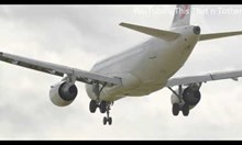 Самолет не може да кацне заради силен вятър