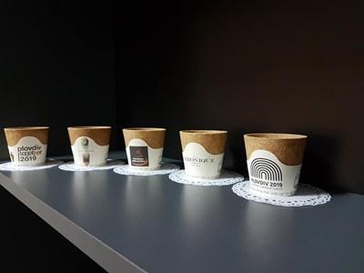 Чашките cupffee засега се произвеждат с различни рекламни послания върху хартиената лента, но скоро ще има и различни размери.