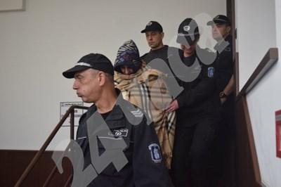 Под засилен конвой Събка Рашкова дойде в съда. Снимка: Руслан Йорданов СНИМКА: 24 часа