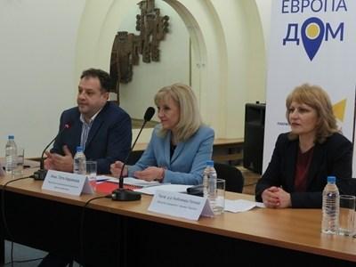 Кметът Даниел Панов, регионалният министър Петя Аврамова и областният управител проф.Любомира Попова по време на дискусията.