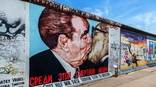 """30 години от падането на Берлинската стена. На 9 ноември 1989 г. с викове """"Ние сме народът!"""" източногерманците разкъсват Желязната завеса"""