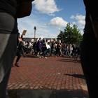 Един човек е загинал в Детройт, след като неизвестно лице е открило огън от автомобил по протестиращи СНИМКИ: Ройтерс