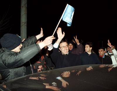 """1997 г.: Протестиращи поздравяват президента Петър Стоянов Снимка: """"24 часа"""""""