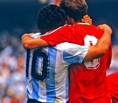 Паметен миг - прегръдка между Диего Марадона и Аян Садъков след мача Аржентина - България на световното първенство през 1986 г. СНИМКА: МАСАХИДЕ ТОМИКОШИ