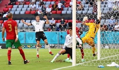 Робин Госенс вкарва четвъртия гол за Германия. СНИМКА: РОЙТЕРС