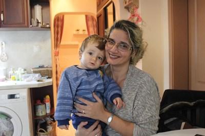 Николай с майка си Десислава в дома им в Пазарджик