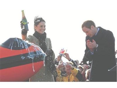 Бъдещият британски престолонаследник ръкопляска на годеницата си Кейт при пускане на спасителна лодка в Ангълси.  СНИМКА: РОЙТЕРС