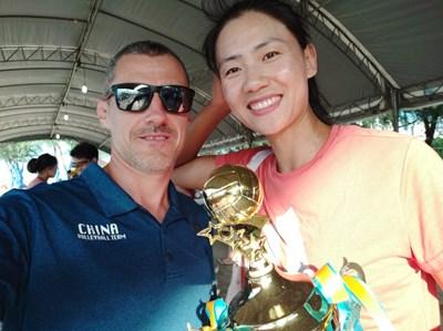 Милко Георгиев с легендата в плашния волейбол Шуе Чен.