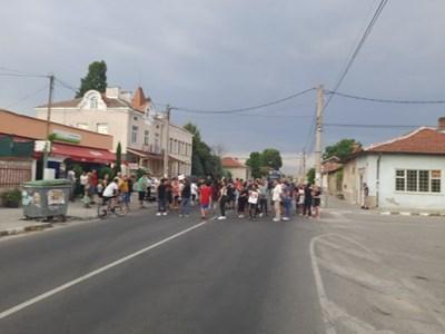 Жители на с. Братаница блокираха главния път Пазарджик-Велинград малко преди 20 ч.