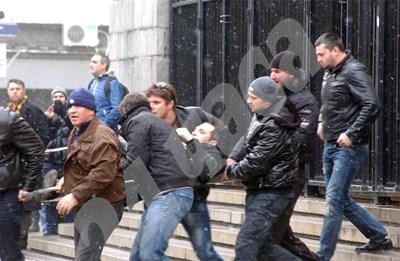 Част от подсъдимите по делото Фирмата изнасят Златко Баретата към линейката след атентата СНИМКА: 24 часа