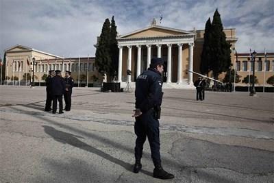 Полицаи охраняват двореца Запион в Атина, където се състоя неформална среща на министрите на вътрешните работи на ЕС.  СНИМКА: РОЙТЕРС