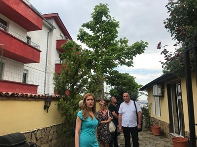 Министър Ангелкова влиза в къщата за гости с проверяващите. СНИМКИ: Министерство на туризма
