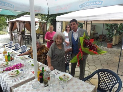 Кметът на Стамболийски изненада столетницата с огромен букет