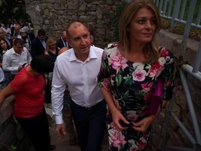 """Румен Радев и съпругата му на влизане в Античния театър за спектакъла """"Среща на поколенията""""."""