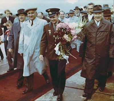 Другарите Тодор Живков (вляво), Антон Югов (още по-вляво) и Димитър Ганев (вдясно) придружават Гагарин на посещение в България.
