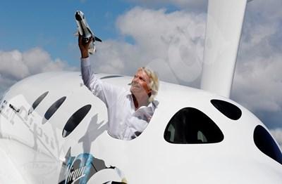 """Ричард Брансън показва модел на един от космическите му апарати от борда на модел на """"Спейсшип 2"""" по време на авиошоу в Англия СНИМКА: 24 часа"""