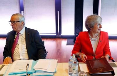 Жан-Клод Юнкер и Тереза Мей на срещата на ЕС в Залцбург СНИМКА: РОЙТЕРС