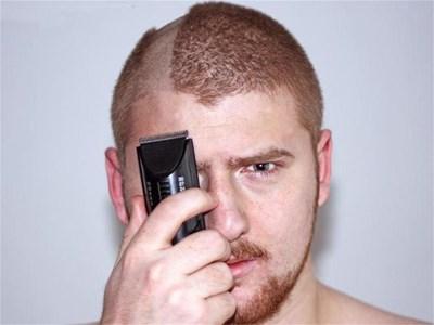 Все повече мъже зарязват фризьорските салони и действат смело пред огледалото сами. СНИМКИ: ХРИСТО РАХНЕВ И РОЙТЕРС