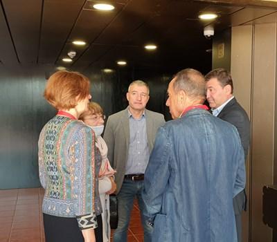Георги Тодоров (в средата) обсъжда клонирането си в бюлетината с делегати на червения конгрес.