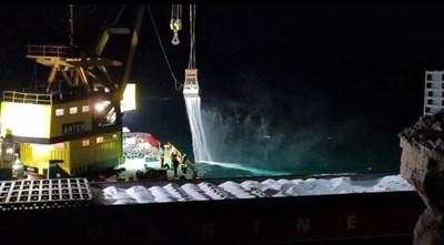 Огромни количества урея се изсипаха в морето при разтоварването на кораба. СНИМКА: maritime.bg