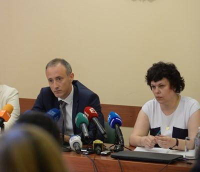 Министърът на образованието Красимир Вълчев и заместничката му Таня Михайлова обявиха план-приема в университетите и как бележки от средното образование ще участват в балообразуването през 2022 г. СНИМКА: Йордан Симeонов