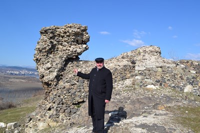 Проф. Овчаров по време на обход в района на крепостта Вишеград
