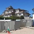 Една от незаконните постройки се намира на плажа в страни от лятната резиденция на Доган.
