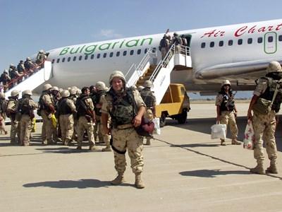 Мариян Колев минути преди през август 2003 г. да се качи на самолета, с който в Ирак бе изпратен първият български контингент. Снимка: Личен архив