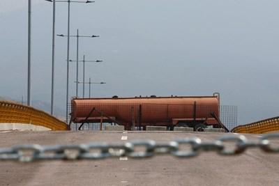 Цистерна е блокирала мост на границата между Венецуела и Колумбия, за да не може в страната да влезе хуманитарна помощ от САЩ. СНИМКА: РОЙТЕРС